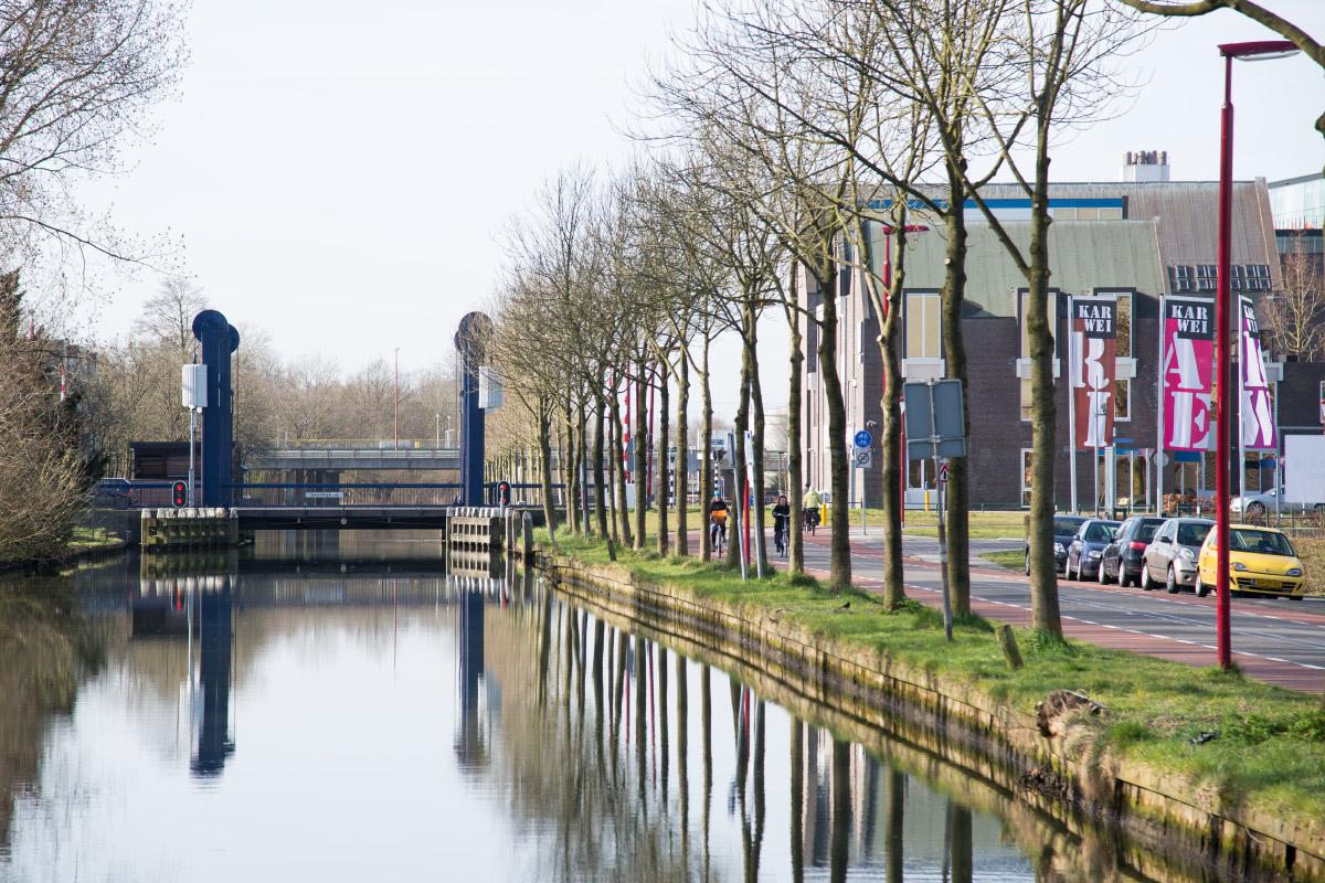 Doppelrot vor Brücke