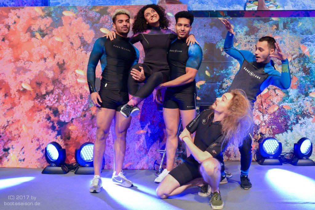 Tanzshow im Tauchanzug