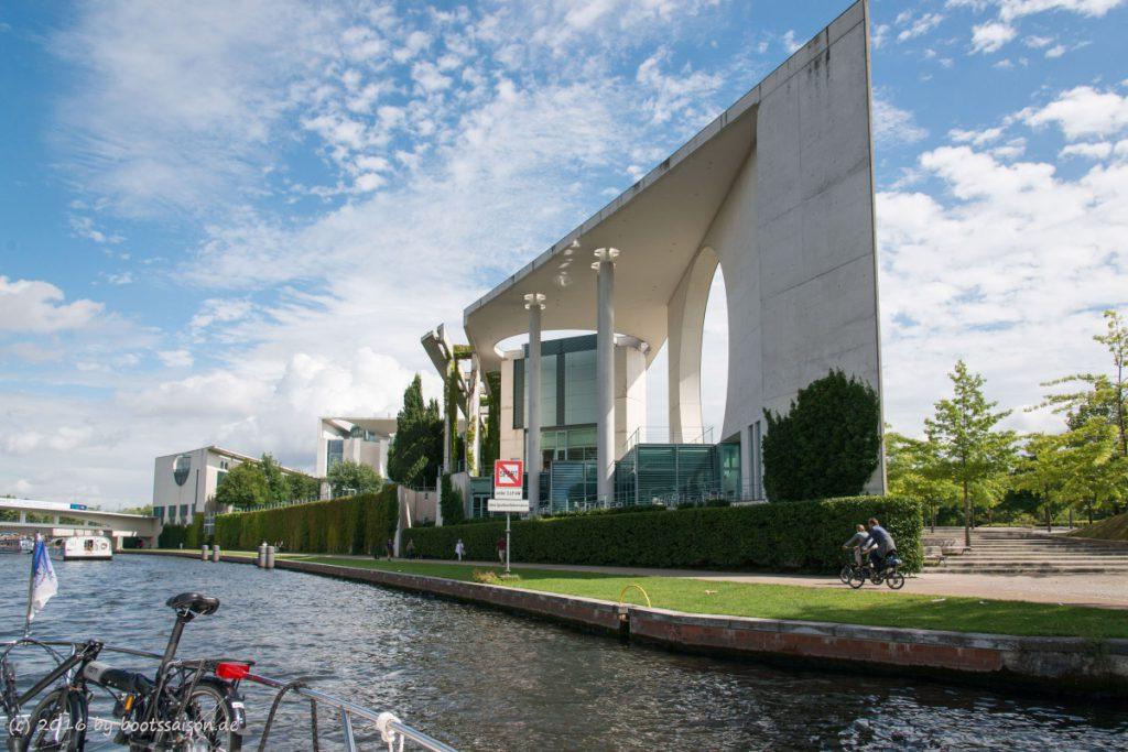 Das Kanzleramt in Berlin vom Wasser aus