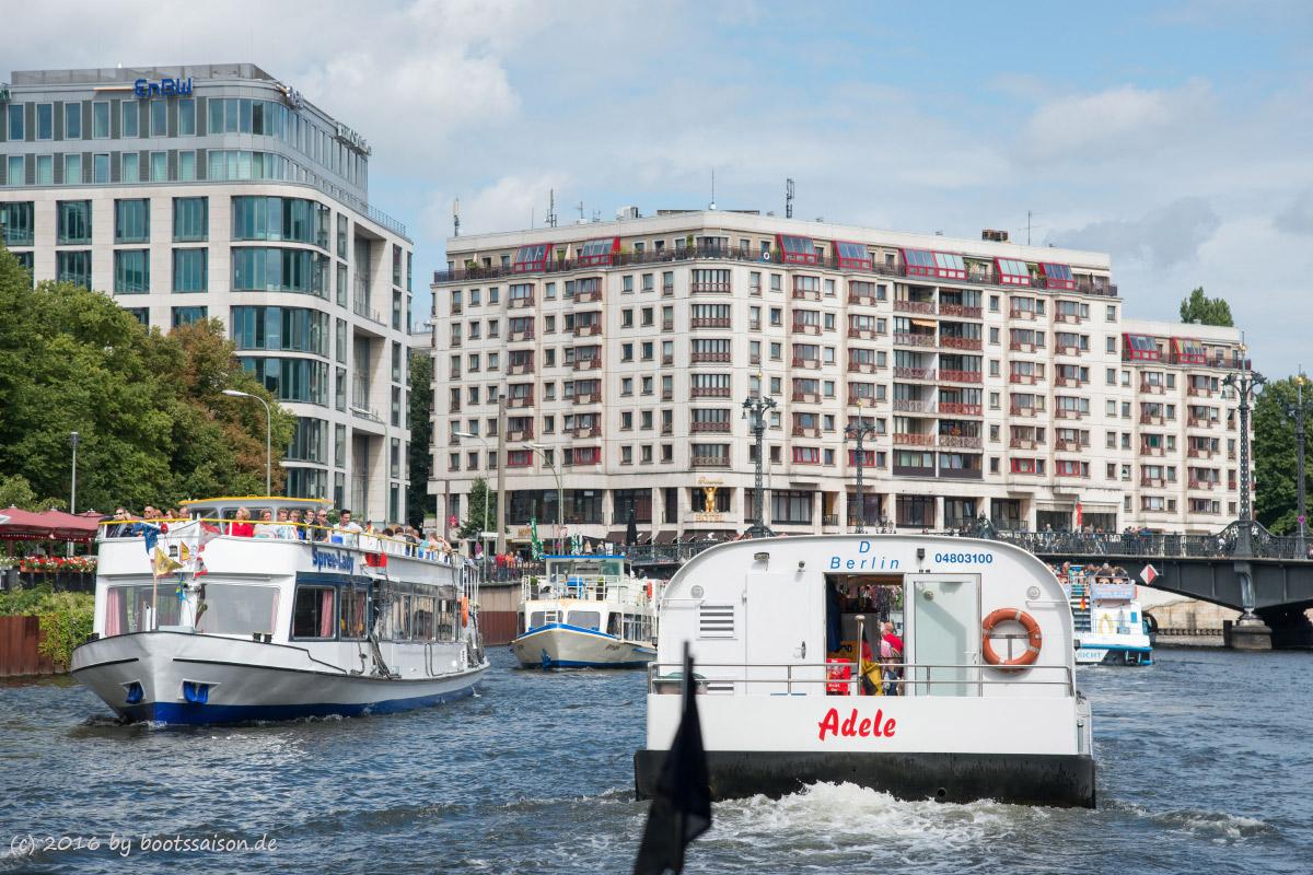 Hinter einem Fahrgastschiff durch Berlin